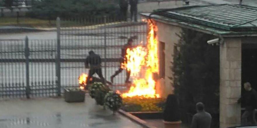 """""""Geçinemiyorum"""" diyen inşaat işçisi Meclis önünde kendini ateşe verdi"""