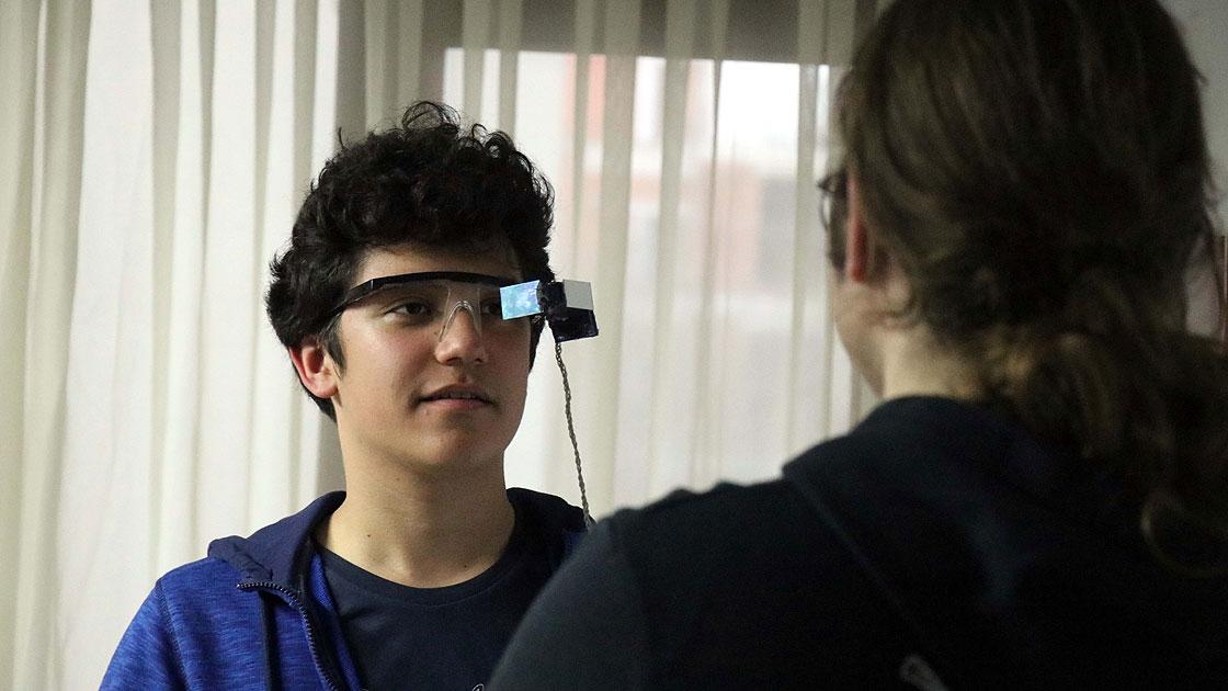 İşitme engelliler için 'alt yazılı' gözlük geliştirdiler