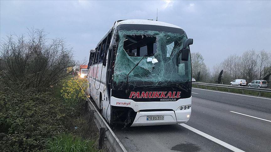 Sakarya'da yolcu otobüsü devrildi: 32 yaralı