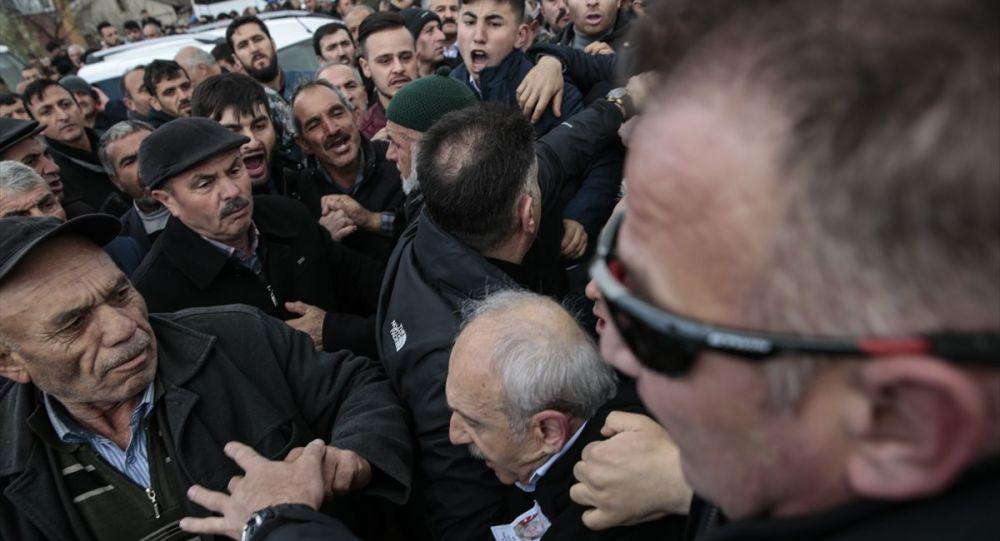 Kılıçdaroğlu'na yumruk atan Sarıgün'ün elini öpüp sosyal medyada paylaştılar