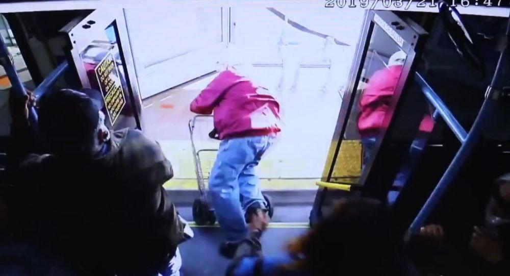 Yaşlı adamı otobüsten itip düşüren kadın cinayetle yargılanıyor