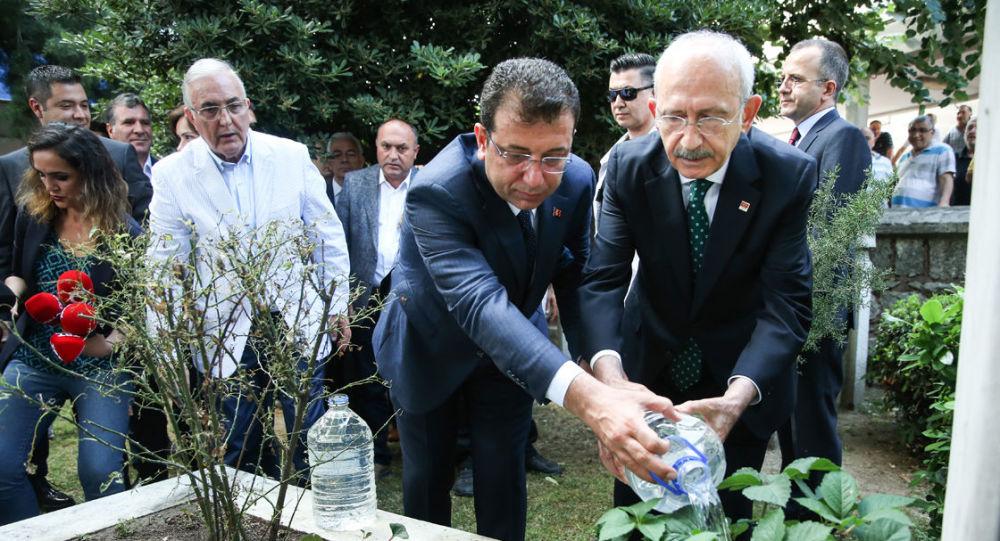 İmamoğlu, ilk İstanbul Büyükşehir Belediye Başkanı'nın kabrini ziyaret etti