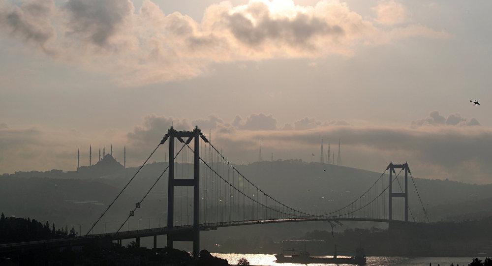 15 Temmuz Şehitler Köprüsü'nde bir otomobil takla attı