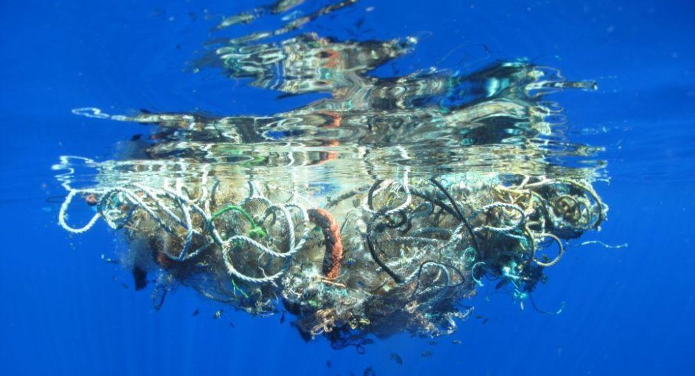 Çevreciler Pasifik Okyanusu'ndan 40 tondan fazla çöp çıkardı