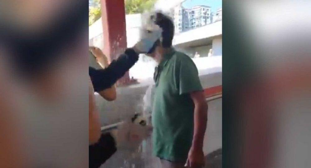 Hong Kong'da eylemler: Çin yanlısı bir adamın üzerine benzin döküp yaktılar