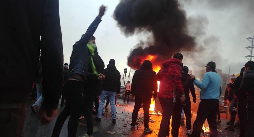 İran'da benzin zammı protestolarında en az 2 ölü, 1000 gözaltı