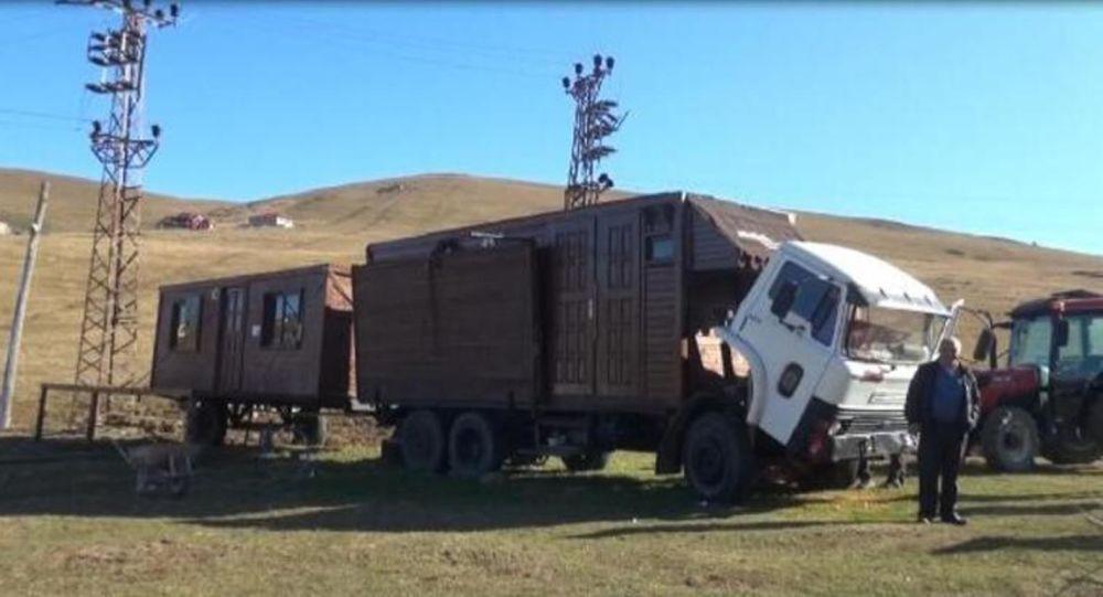 'Gülen Adam' filmi gerçek oldu: Ahşap evi kamyon kasasına monte etti