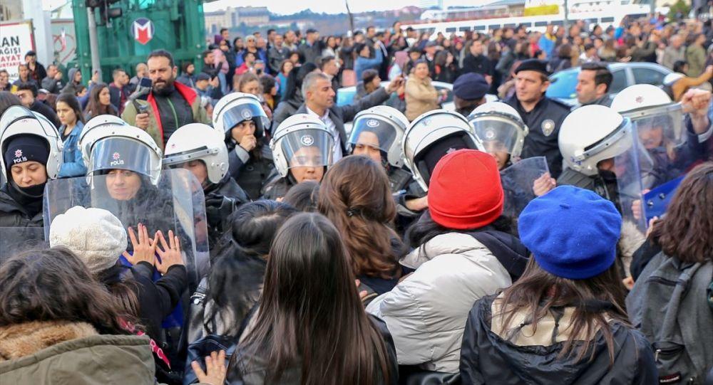 İstanbul'da #LasTesis protestosu sırasında gözaltına alınan kadınlar adli kontrol şartıyla serbest