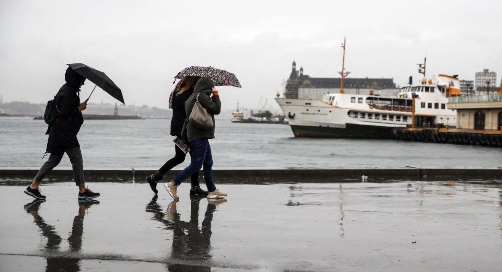 İstanbul'da şiddetli yağış ve rüzgar hayatı olumsuz etkiliyor