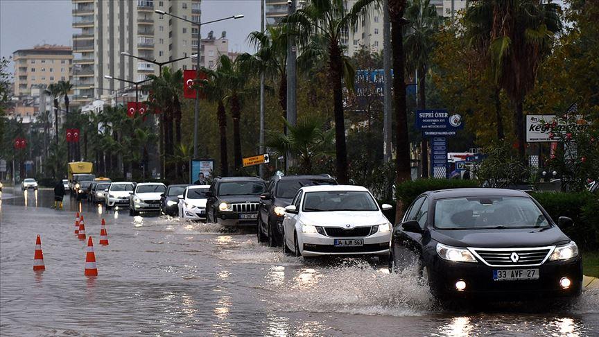 Mersin'deki sağanak ve fırtına etkisini sürdürüyor