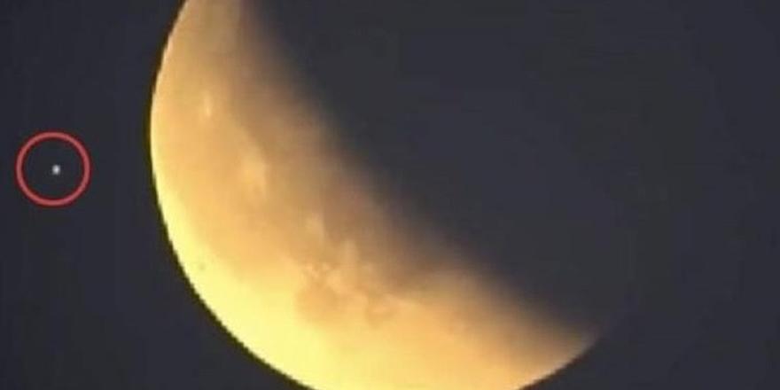 NASA'nın canlı yayınında UFO görüldü!
