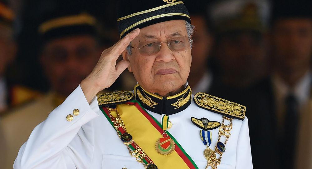'Dünyanın en yaşlı başbakanı' Mahathir, görevinden istifa etti
