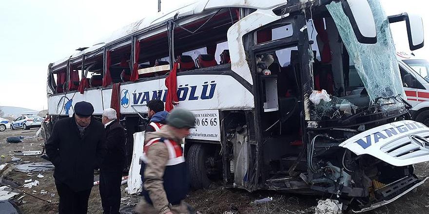 Van'da yolcu otobüsü devrildi: 2 ölü, 22 yaralı