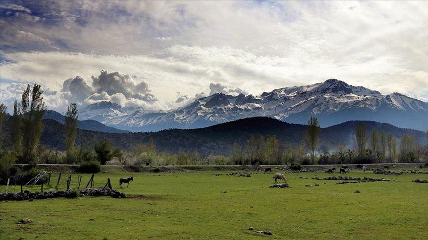 Toros Dağları'nın eteklerinde bahar, yüksek kesimlerinde kış yaşanıyor