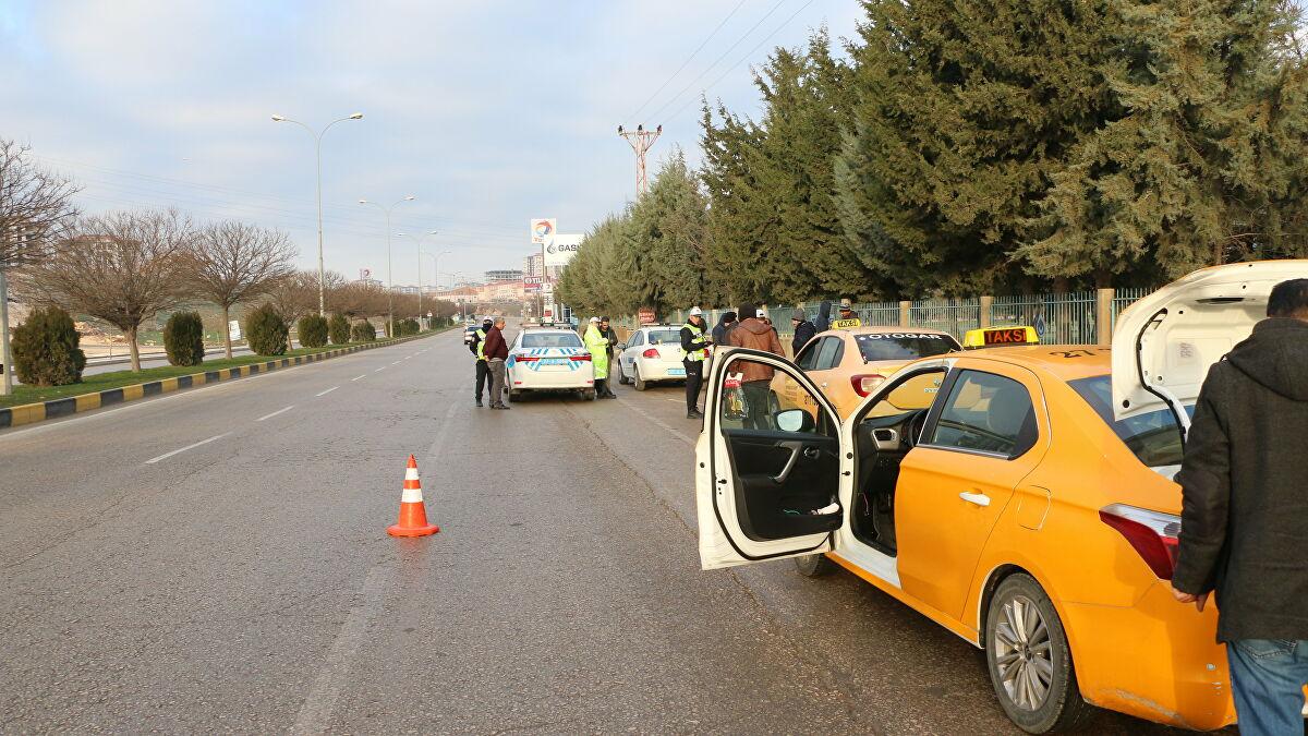 Kısıtlama gününde taksiye çıkan şoföre ceza yazıldı