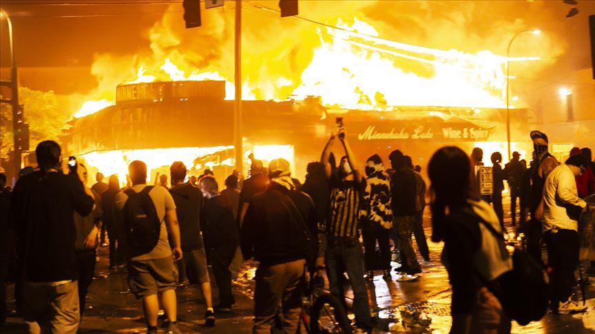 Minneapolis'te bir siyahinin öldürülmesiyle başlayan protestolar ülke genelinde kaosa dönüştü