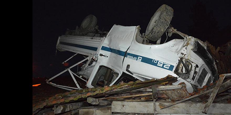 Kamyonet evin çatısına düştü