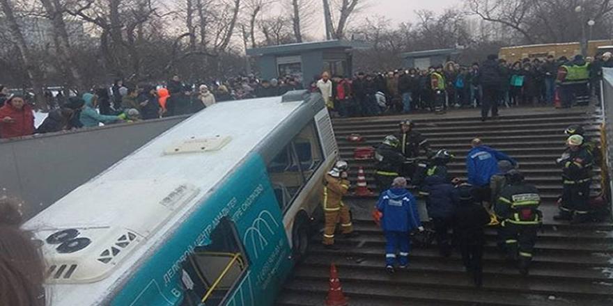 Moskova'da otobüs yaya geçidine girdi; 5 ölü, 15 yaralı