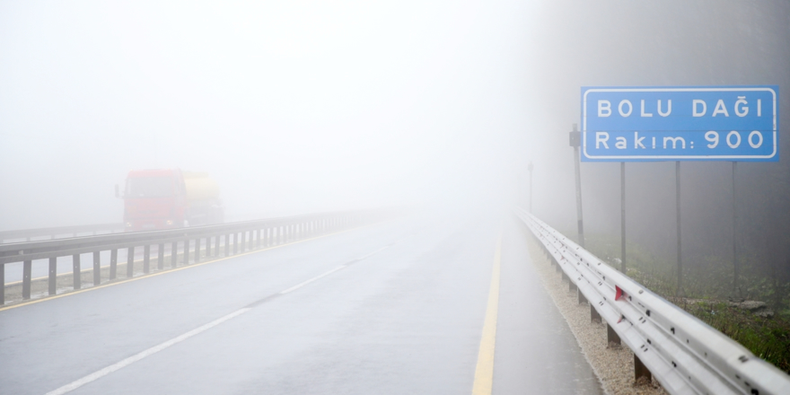 Bolu Dağı'ndaki sis, ulaşımı aksatıyor